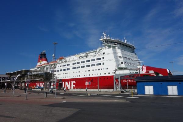 ストックホルムからヘルシンキへはこのでかい客船Viking Lineで一泊の船旅。運良くドミトリー客室がひとりじめ状態で快適でした〜