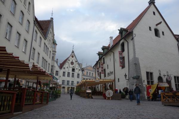 旧市街の広場 この広場のまわりのレストランは、店員さんがおそらく建物ができた当時と思われる時代の衣装を来てて、ほんとにリアルドラクエの世界になってました。