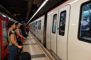 バルセロナの地下鉄はピカピカ。落書き一切なし。