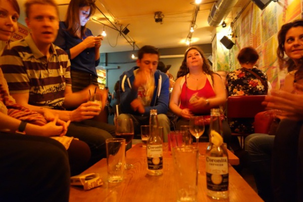 バーでしっかり座れるところはけっこう珍しい。しかし音楽のボリュームに関係なく話し声がうるさすぎて何もきこえないバルセロナの飲み屋。