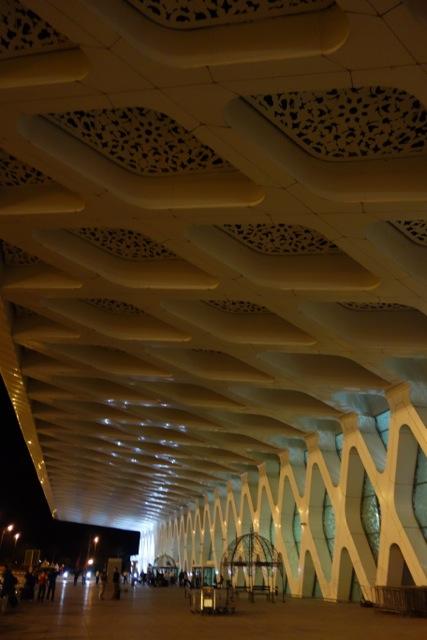 マドリードから飛んでモロッコ、マラケシュ。空港はなかなかにかっこいいデザイン。空港からはバスで市街へ30ディルハム=400円くらい