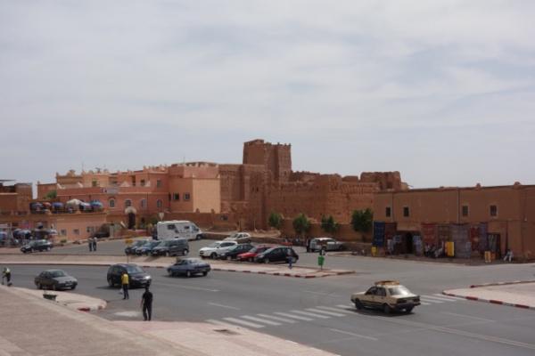 翌朝はバスで8時間かけてザゴラというサハラ砂漠の始まりの街までツアー。