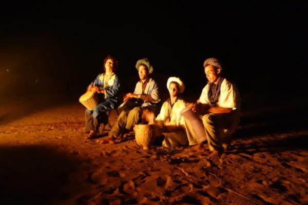 食後は外に出てたき火を囲みつつベルベル族の太鼓を鑑賞&セッション