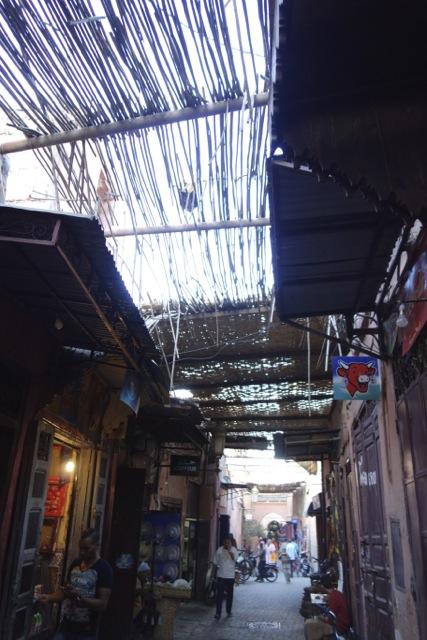 迷路のような旧市街。アーケード的になにかかぶさったものがあると迷路っぽさがグっと増しますね