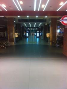 ルーマニア ブカレストのオトペニ空港の夜。がらーーん