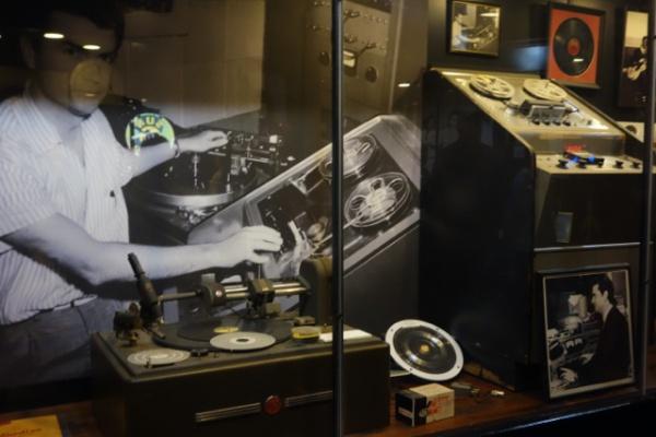 SUNスタジオ最初のレコーディング機材。右がレコーダー、左がレコードのカッティングマシーン