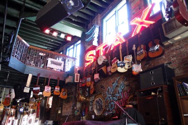 遅い昼食はまたビールストリートで。この店のSTAXのネオンが当時のSTAXの本物なんだそう。そしておびただしい数のサイン入りギター