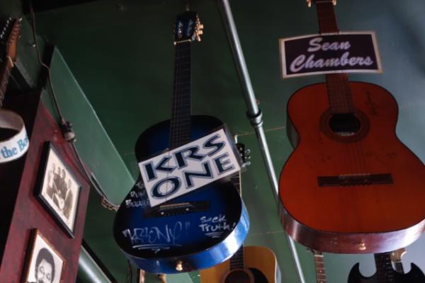 なぜかKRSのサイン入りギター・・ギター弾くのかよw