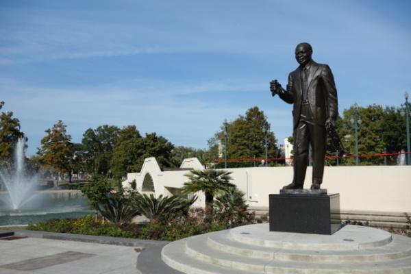 ルイ・アームストロング公園。略して公園。なにもなし。ここでJAZZが生まれたとされてるみたいだけど・・ほんとになにもない