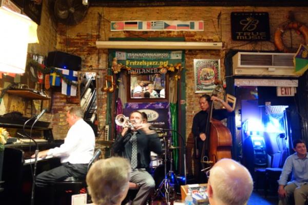 サービスバンドのほう。これもニューオリンズではかなり有名なお店らしいのですが、とはいえやっぱりバーボンストリートだから観光向けの音でした