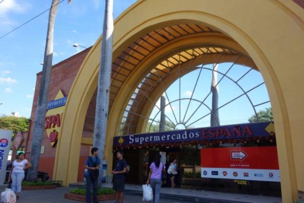 すこし歩いたところにある大型スーパー