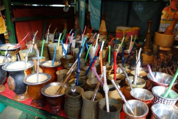 パラグアイのひとはマテ茶を持ち歩いて飲んでます。デカいポットに水をいれて、そこから茶葉のたんまり入ったこういうグラスに水を注いで飲みます。ストローがスプーンの形になってます