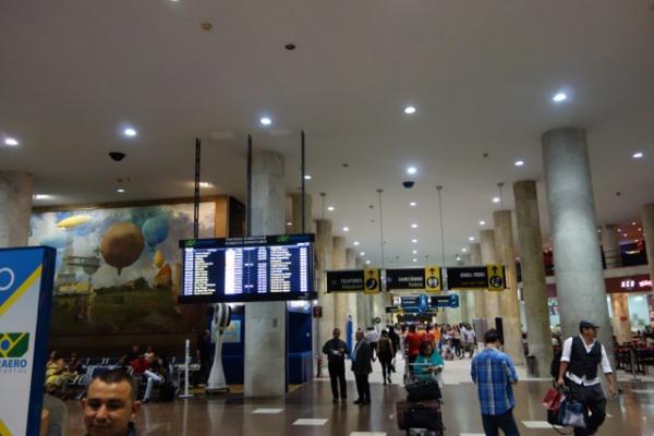 リオの空港。これは今は国内線専用になった古いほう。市街にはこちらのほうが近いみたい でも英語通じな過ぎ。