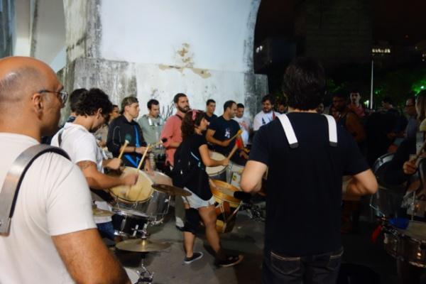 水道橋の下でドラムの練習会みたいなのをやってた ほかにも同じようなグループ多数