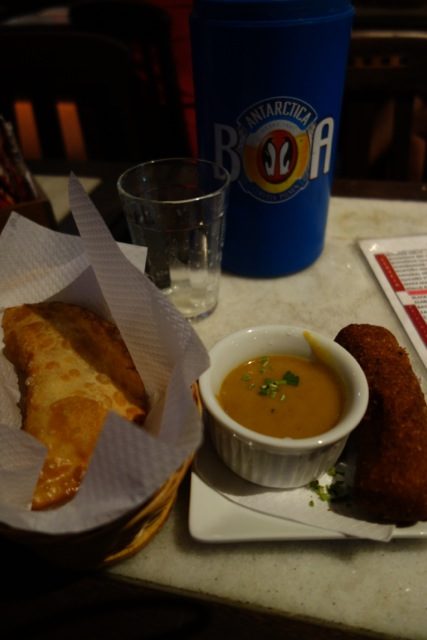 ブラジルの外食は高い。ので一番安いふたつを頼んでみたら、デカいコロッケとデカい餃子のようなものが1コずつ・・