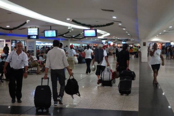 バスターミナルの中。食堂や本屋さんなどなどショップも充実。ほとんど空港みたいなかんじ