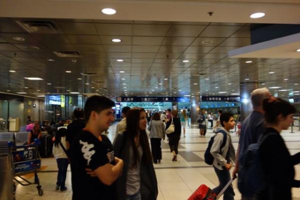 朝方4時すぎとは思えないほどふつうに人が居る空港