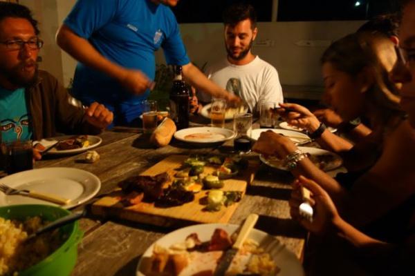 宿のベランダ兼バーでみんなで食べる