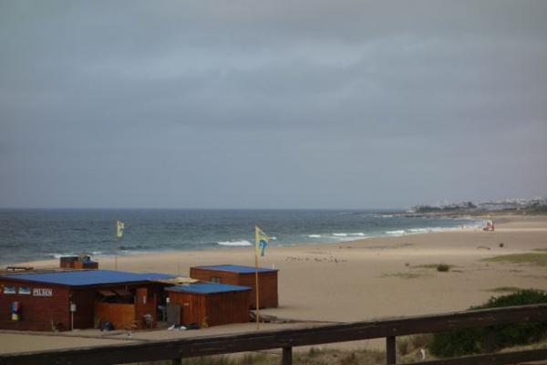 アサドナイト、そのあとバーに行き帰ったのは朝6時くらいだったけど9時半に叩き起こされてサーフィンへ しかし・・・フラット