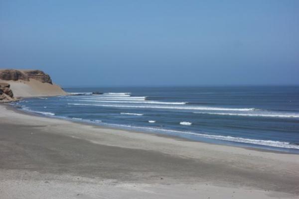 これが、「後半部分」。波の始点は左にある岬のさらに奥、徒歩20分でやっとたどりつきます。最高な場合はそこからこの写真全部の波が1本に繋がるとのこと・・すごすぎる
