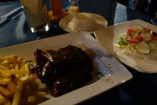 夜はヤケ豪華ディナーでステーキ。でもべつに高くなかった