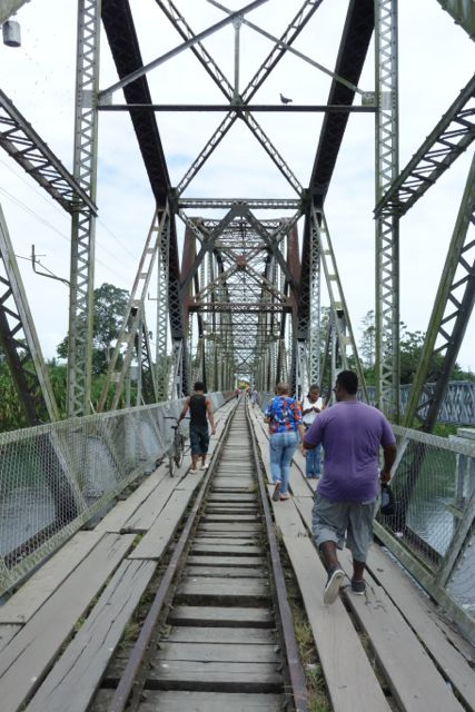 このゴツいおじさんに誘拐されました。鉄道橋で川をわたった向こう側がコスタリカ。