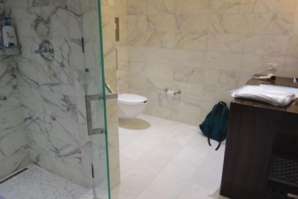 ラウンジのシャワールーム。ホテルか。コスタリカは水シャワーだったのでうれしい