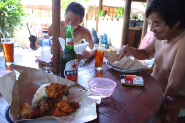 このお弁当が、ここの村のその店のやつが、インドネシアで一番好きな食べ物